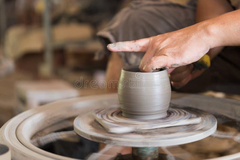 Main d'homme de sculpteur avec lui le travail photos stock