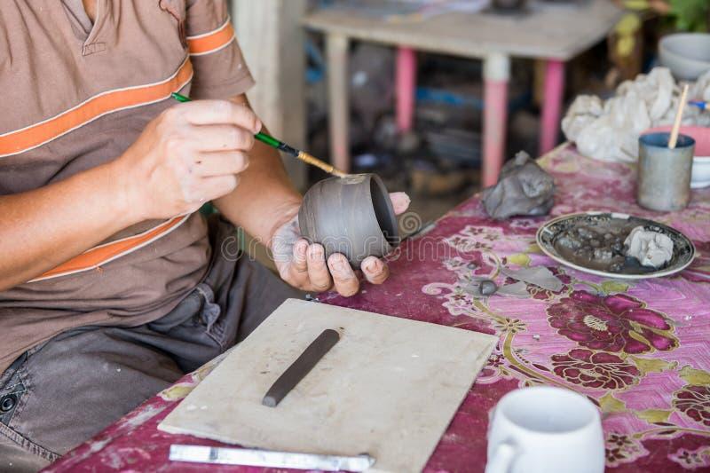 Main d'homme de sculpteur avec lui le travail photos libres de droits