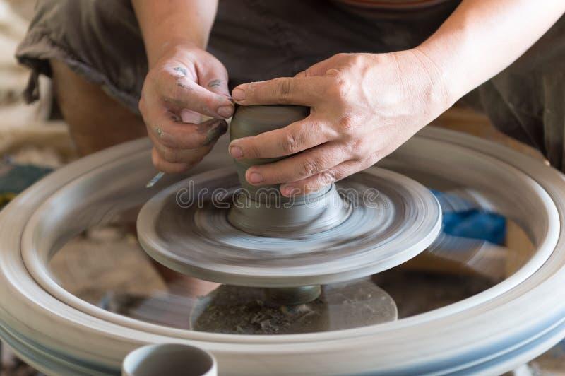 Main d'homme de sculpteur avec lui le travail image libre de droits