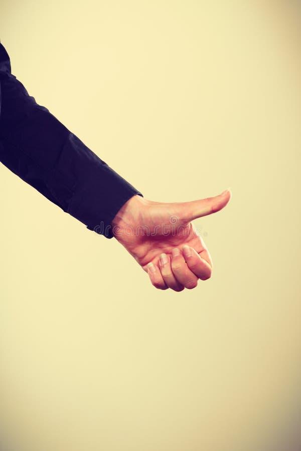 Main d'homme montrant le pouce vers le haut du geste images libres de droits