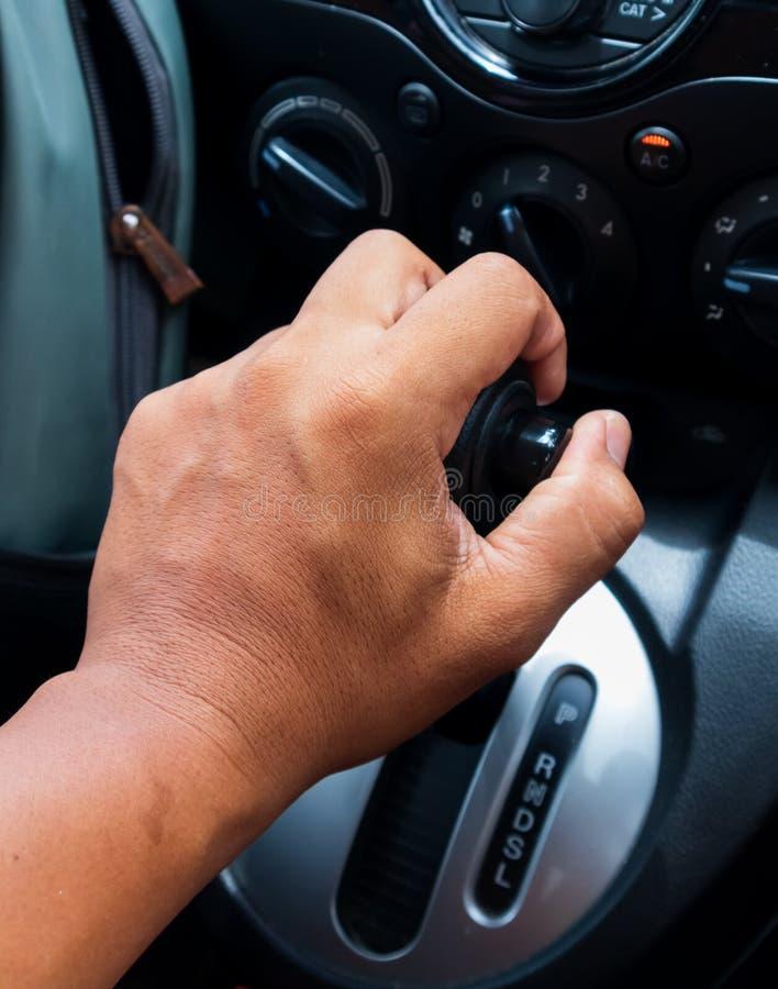 Main d'homme sur la vitesse automatique dans de nouvelles voitures image libre de droits