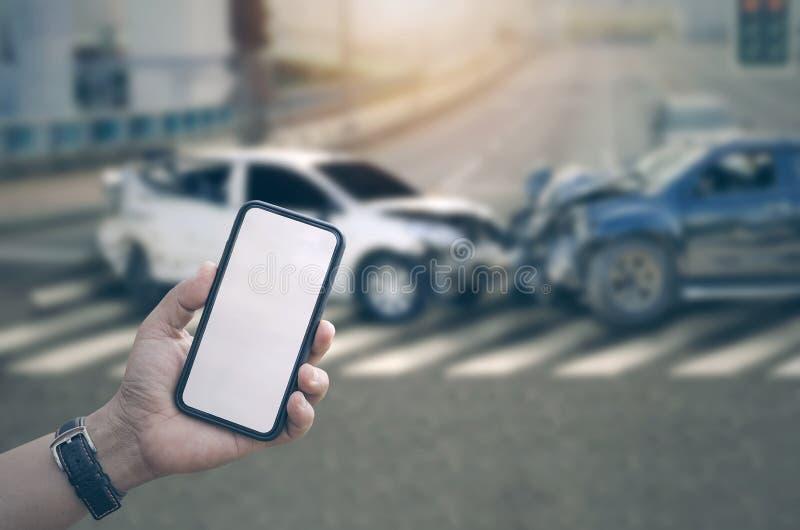 Main d'homme tenant le smartphone avec l'écran vide photos stock