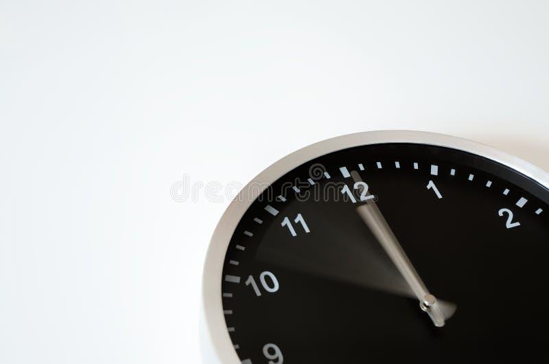 Main d'horloge se déplaçant au minuit photos stock