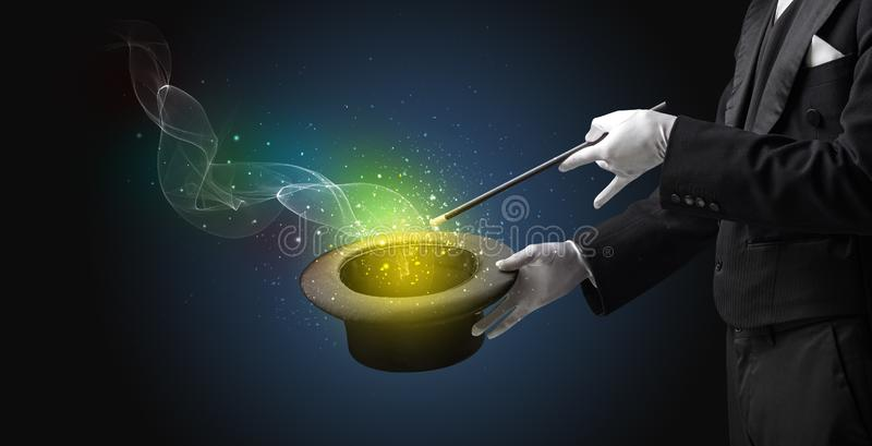 Main d'illusionniste faisant le tour avec la baguette magique photo libre de droits