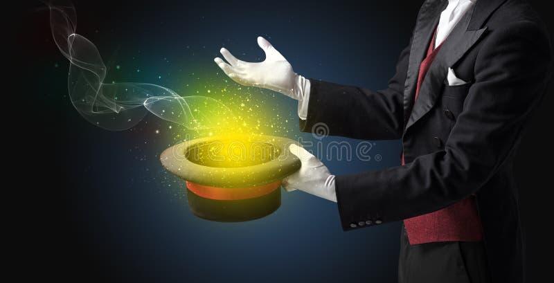Main d'illusionniste faisant le tour avec la baguette magique image libre de droits