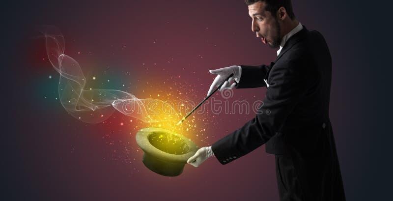 Main d'illusionniste faisant le tour avec la baguette magique photos stock