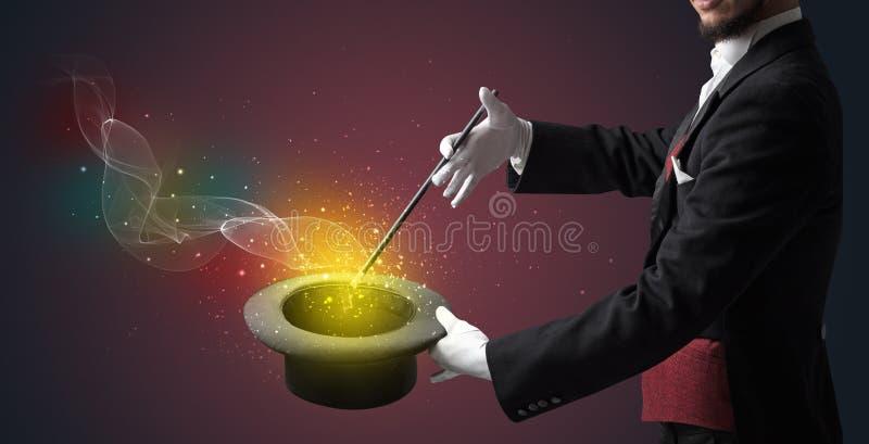 Main d'illusionniste faisant le tour avec la baguette magique images libres de droits