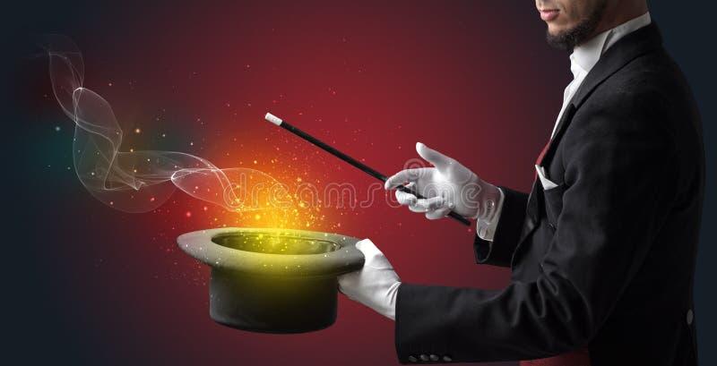 Main d'illusionniste faisant le tour avec la baguette magique photographie stock libre de droits