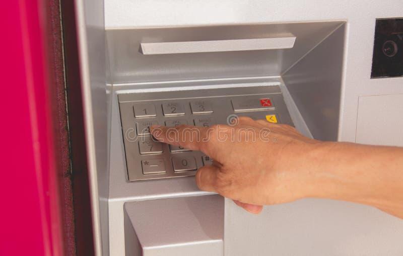 Main d'un bouton poussoir de femme en atmosphère, utilisant une atmosphère Utilisation de femme photo stock