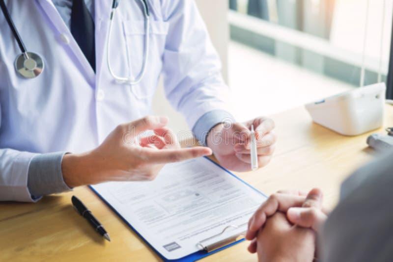 Main d'un docteur avec le stéthoscope La température, fièvre, grippe ou diagnostic et prise du patient malade dans l'hôpital photo libre de droits