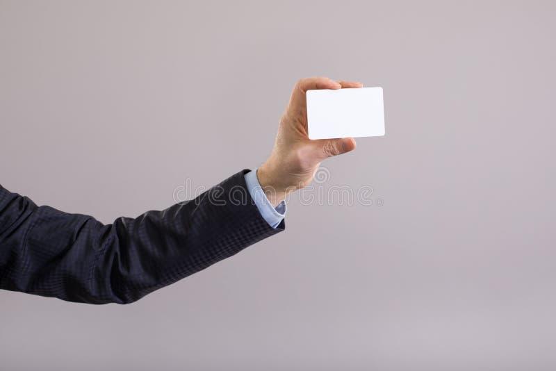 Main d'un homme d'affaires avec une carte vierge photos stock