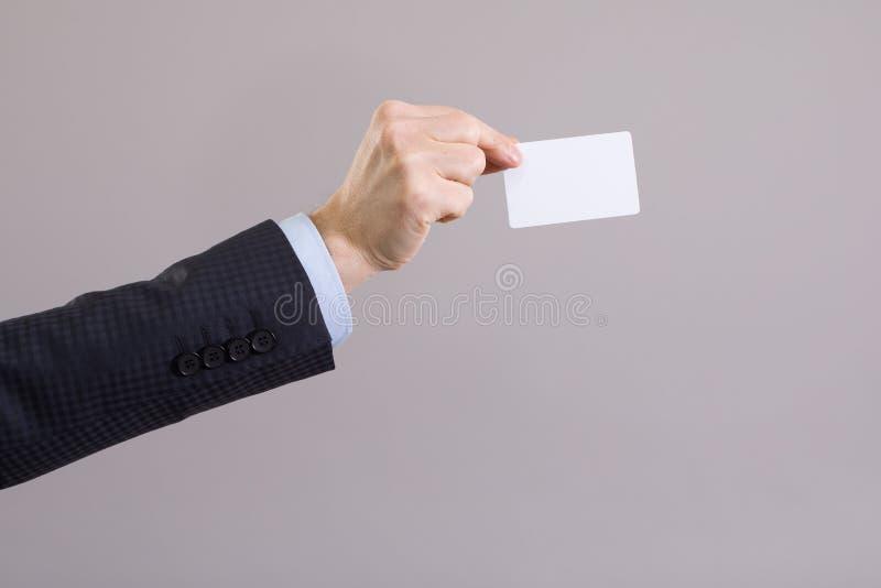 Main d'un homme d'affaires avec une carte vierge photo libre de droits
