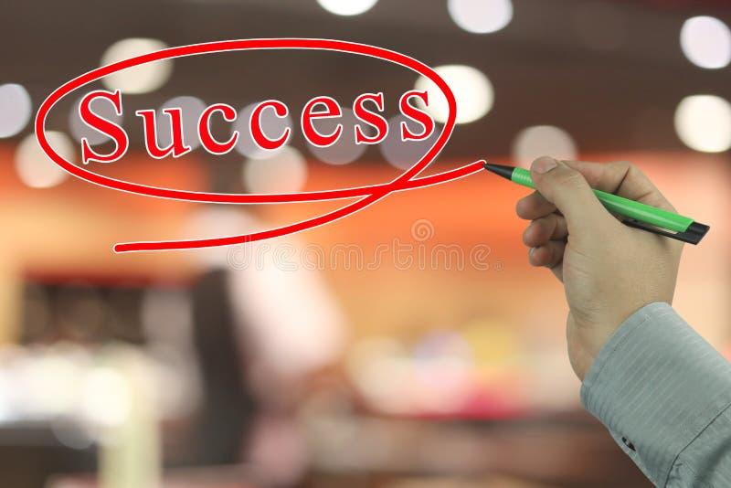 Main d'un homme d'affaires tenant un stylo rouge écrivant un texte o de succès photos stock