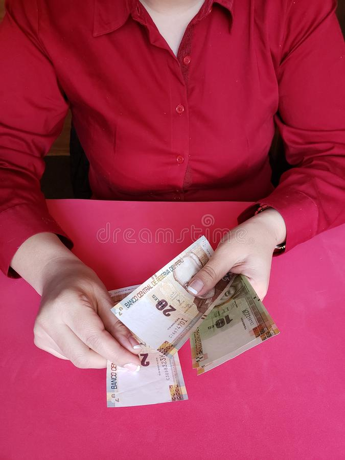 main d'une femme d'affaires comptant les billets de banque p?ruviens image stock