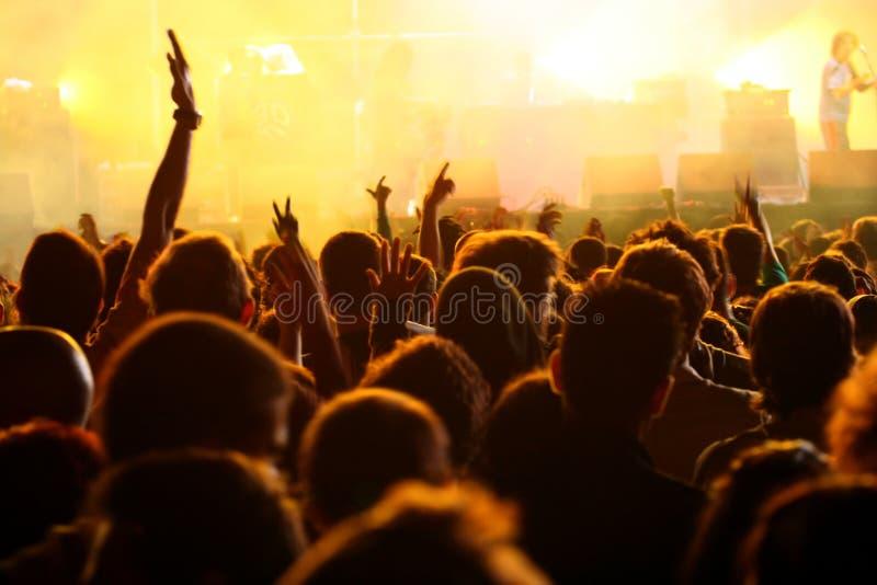 Main dans le ciel dans un concert