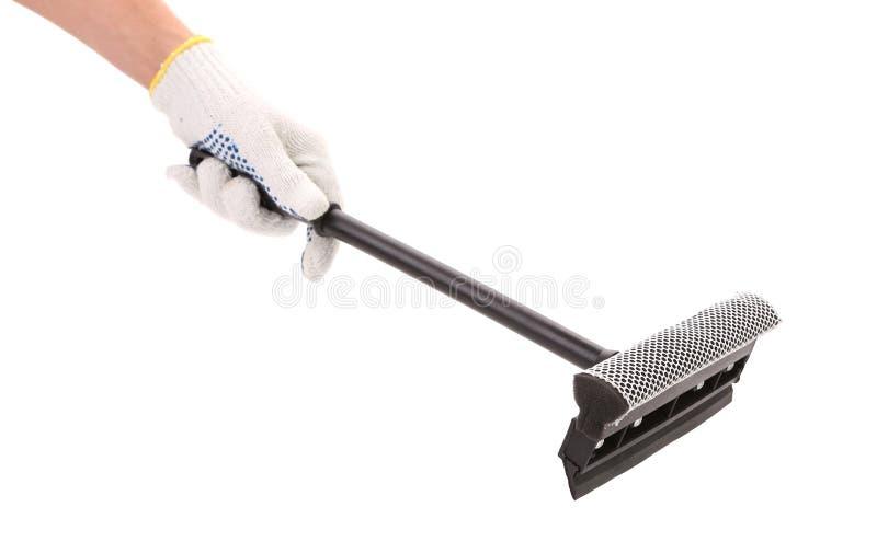 Main dans les gants avec le laveur de vitres en caoutchouc. photos stock