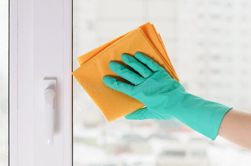 Main dans un gant vert image stock