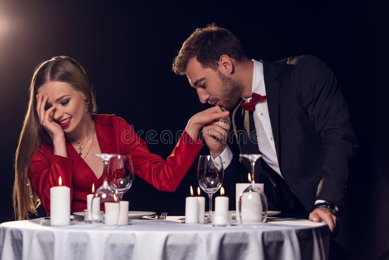 main de baiser d'homme de sa belle amie photos stock