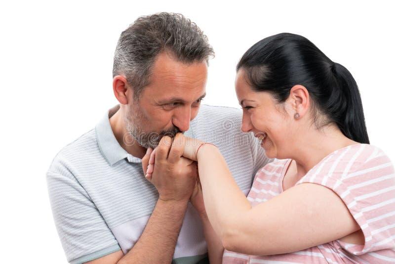 Main de baiser de femme d'homme en tant que geste romantique images libres de droits