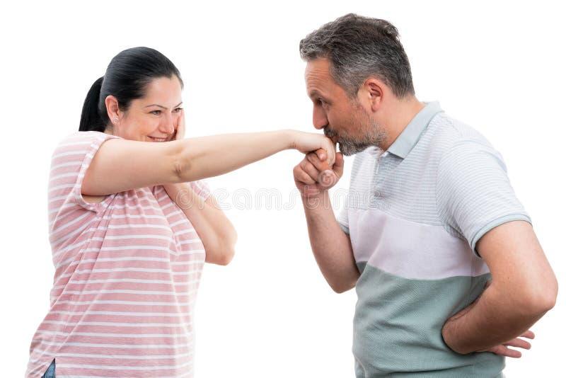 Main de baiser de femme d'homme photo libre de droits