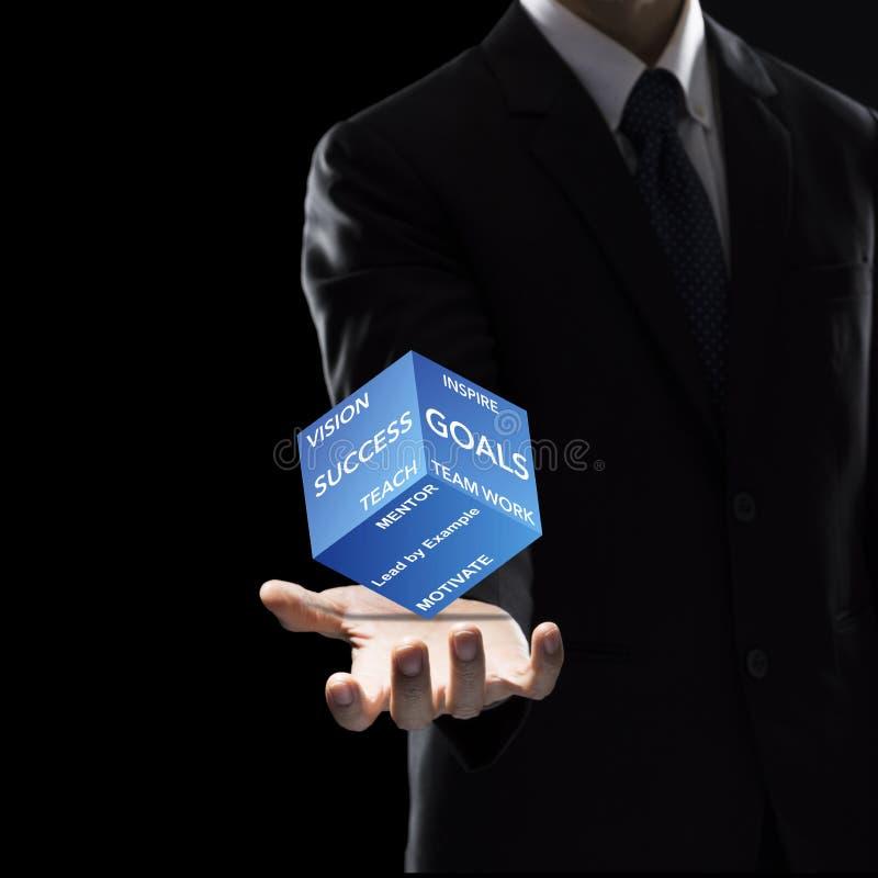 Main de boîte de prise d'homme d'affaires sur le fond foncé images libres de droits