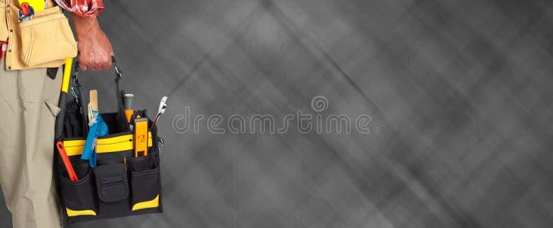 Main de bricoleur avec un sac d'outillage photos libres de droits