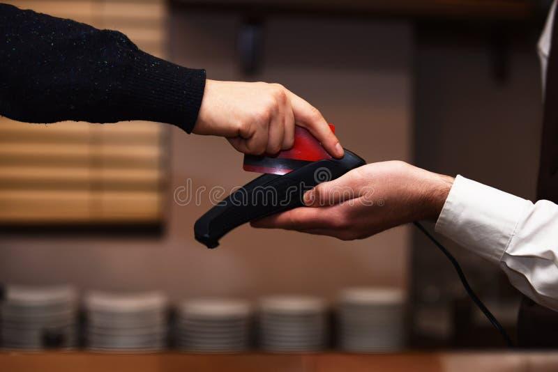 Main de client payant avec la carte de crédit Paiement par carte de crédit image stock