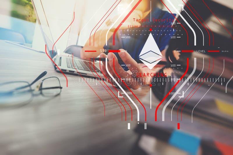 Main de concepteur fonctionnant avec le comprimé numérique et l'ordinateur portable photographie stock libre de droits