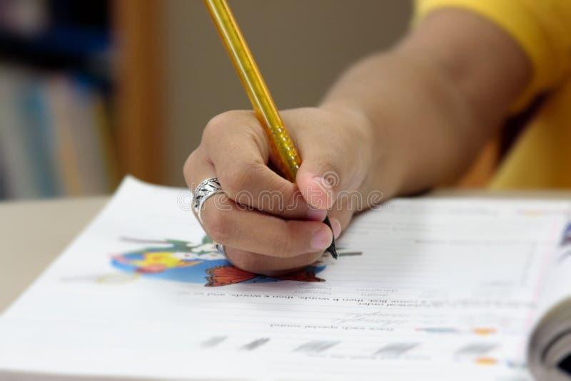 Main de crayon de fixation de garçon image libre de droits