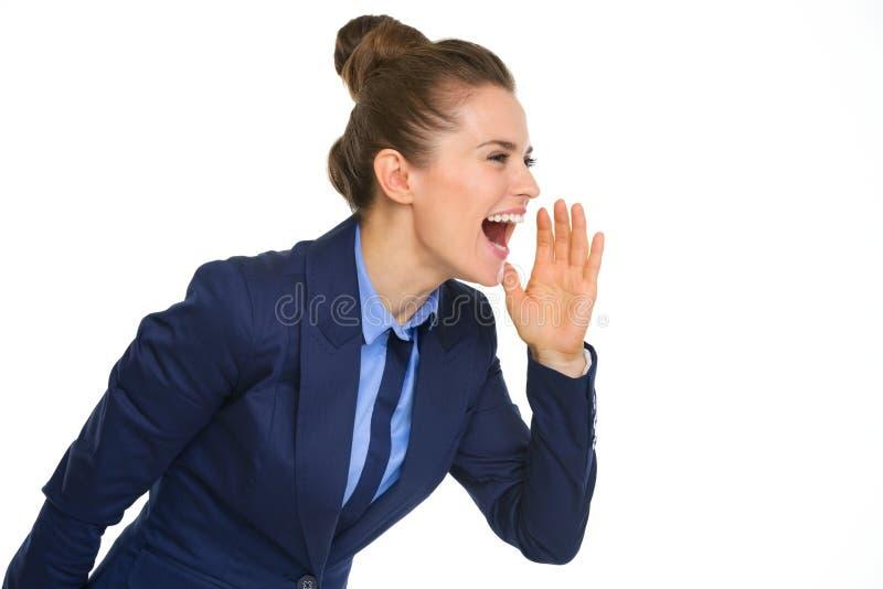 Main de cri et mettante en forme de tasse de femme d'affaires heureuse pour dire du bout des lèvres photo libre de droits