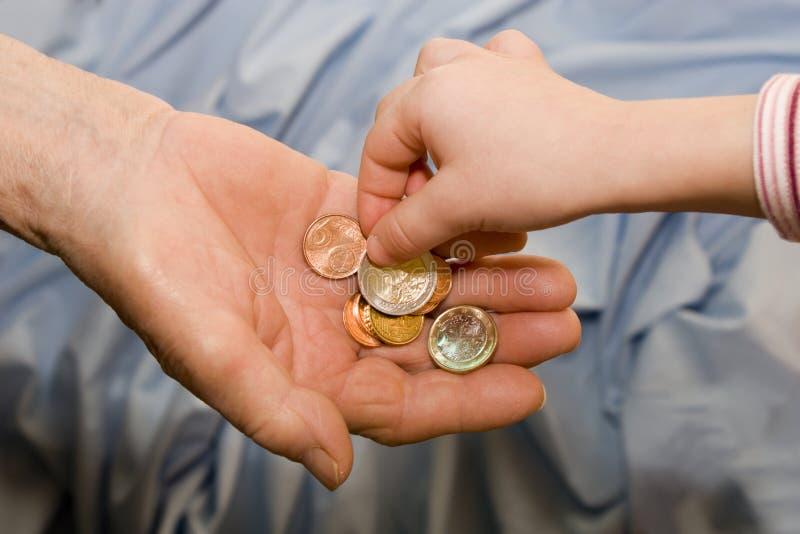 Main de dame âgée et d'enfant avec de l'argent photos stock