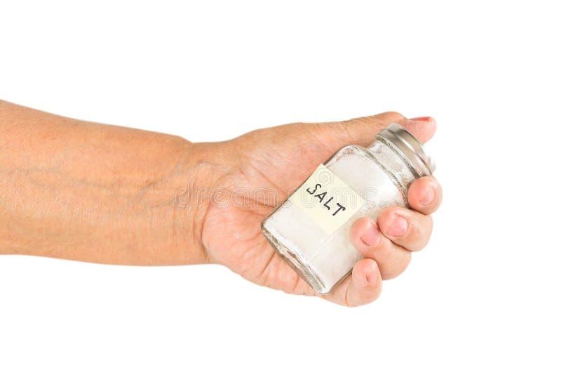 Main de dame âgée tenant le dispositif trembleur de sel effet salé de pressu de sang photos stock