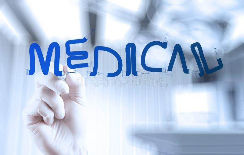 Main de docteur de médecine dessinant le mot médical images stock
