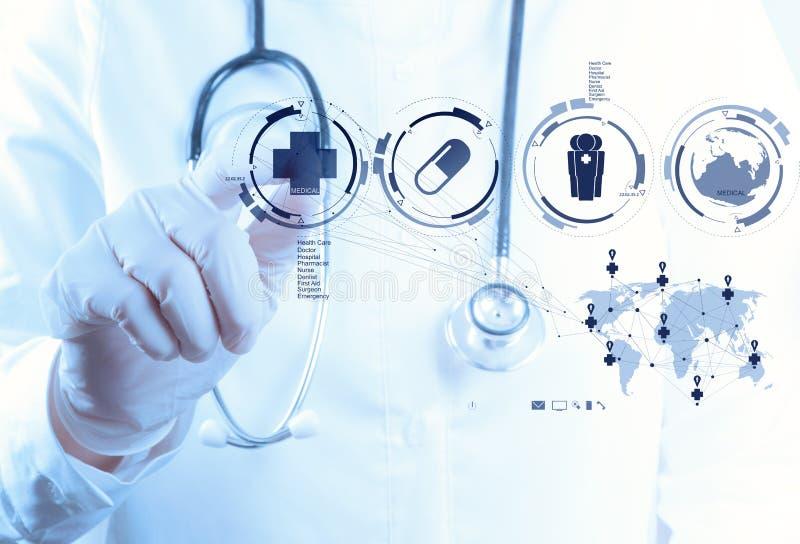 Main de docteur de médecine fonctionnant avec l'interface moderne d'ordinateur images stock