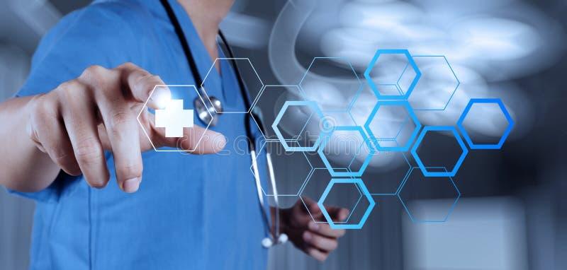Main de docteur de médecine fonctionnant avec l'interface moderne d'ordinateur photographie stock