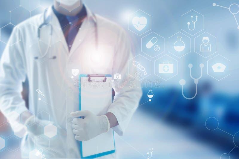 Main de docteur de médecine fonctionnant avec toucher le réseau médical d'icône photos libres de droits