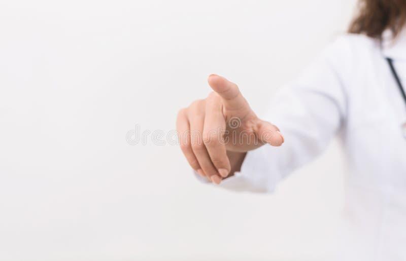 Main de docteur touchant l'écran virtuel vide, panorama images stock