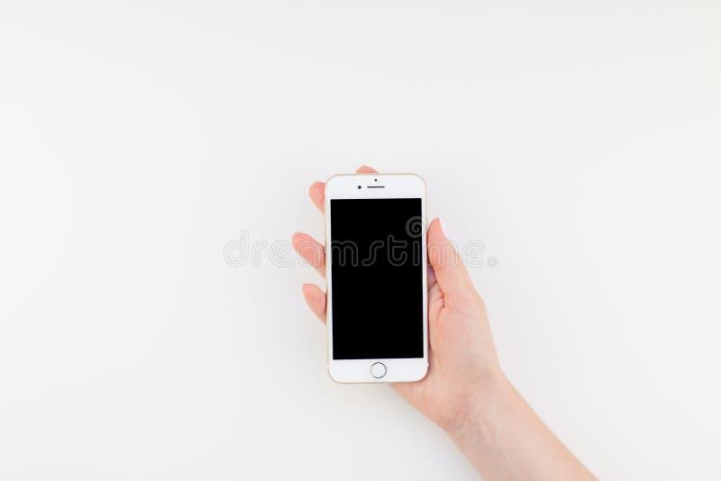 Main de femme avec Iphone 7 photographie stock libre de droits