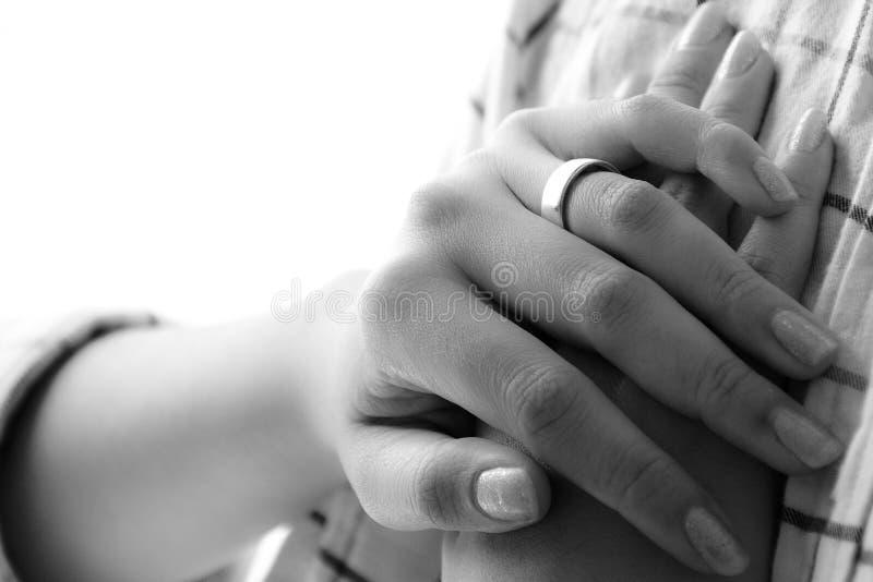Main de femme avec l'anneau de mariage image stock