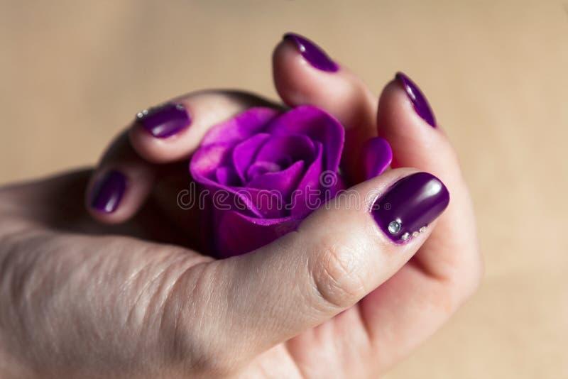 Main de femme avec les clous colorés macro
