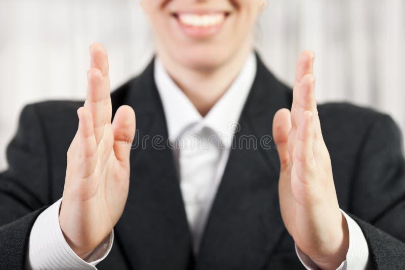 Main de femme d'affaires affichant la taille moyenne image stock