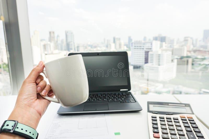 Main de femme d'affaires avec la tasse de café pendant la pause café image libre de droits