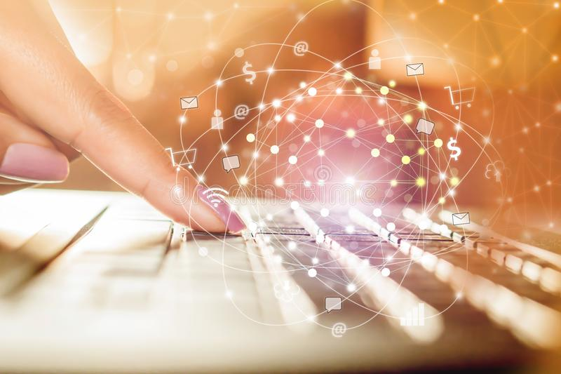 Main de femme dactylographiant sur l'ordinateur portable d'ordinateur avec la connexion de technologie et l'Internet des choses,  photographie stock libre de droits