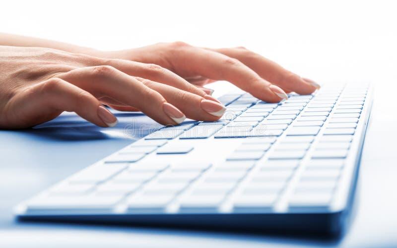 Main de femme dactylographiant sur le clavier images libres de droits