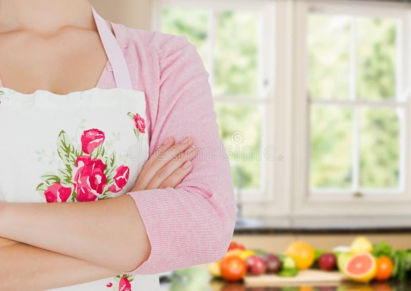 main de femme de cuisinier pliée dans la cuisine Portent des fruits les légumes dans le dos image stock