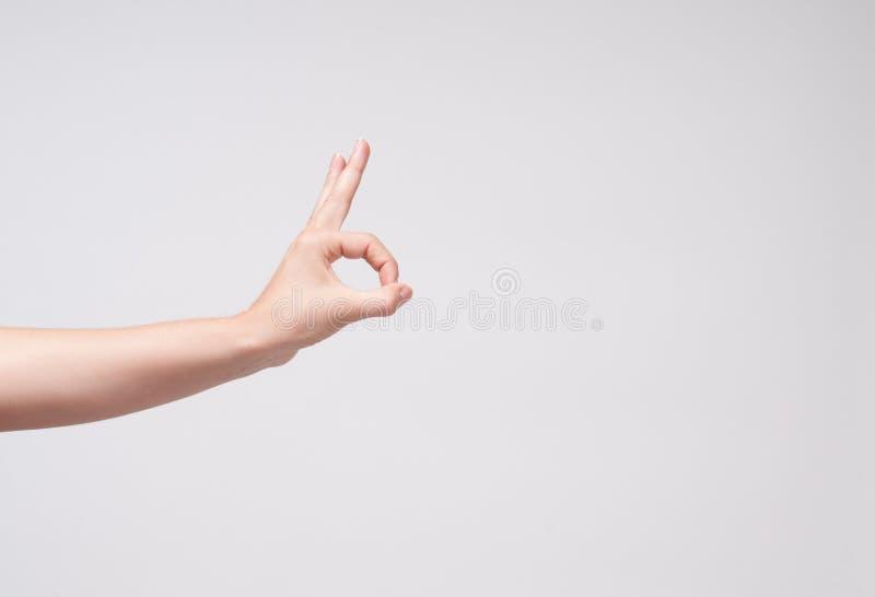 Main de femme de plan rapproché faisant le signe CORRECT photographie stock