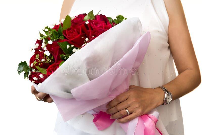 Main de femme jugeant la fleur de bouquet d'isolement image libre de droits
