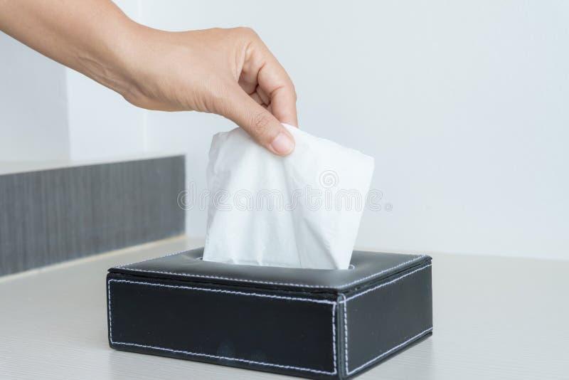 Main de femme sélectionnant le papier de soie de soie blanc photo libre de droits