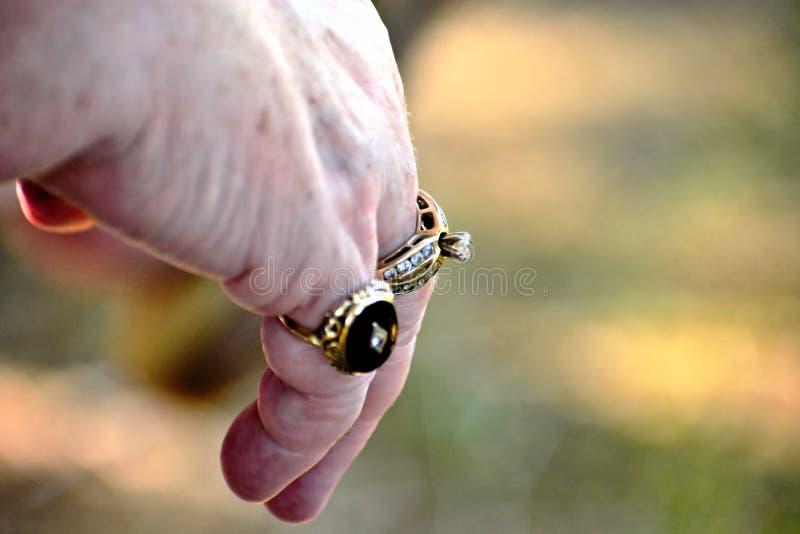 Main de femme supérieure avec anneaux image stock