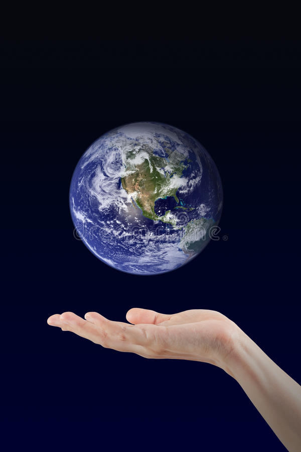 Main de femme tenant la planète de la terre photographie stock libre de droits